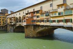 Άποψη στη γέφυρα Ponte Vecchio πέρα από τον ποταμό Arno στη Φλωρεντία, Ιταλία Στοκ Εικόνα