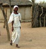 Άποψη στη γυναίκα φυλών fulani aka fulbe κοντά σε Tchamba, Καμερούν Στοκ Φωτογραφίες