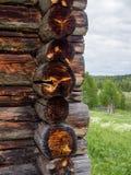 Άποψη στη γωνία του σπιτιού με τα ηλέκτρινα σημεία στην ξύλινη άκρη Στοκ Φωτογραφίες