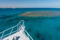 Άποψη στη θάλασσα κοραλλιών από το άσπρο γιοτ Στοκ φωτογραφίες με δικαίωμα ελεύθερης χρήσης