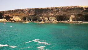 Άποψη στη διάσημη παραλία πετρών Ajuy στο νότο Fuerteventura, δεύτερο μεγαλύτερο Κανάριο νησί, Ισπανία απόθεμα βίντεο