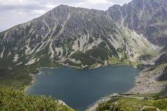 Άποψη στη μαύρη λίμνη από τα tatra-βουνά Στοκ Φωτογραφίες