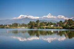 Άποψη στη σειρά βουνών Annapurna και η αντανάκλασή του σε LAK Phewa Στοκ Εικόνες