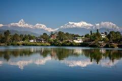 Άποψη στη σειρά βουνών Annapurna και η αντανάκλασή του σε LAK Phewa Στοκ Φωτογραφίες