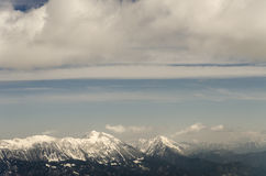 Άποψη στη σειρά βουνών Karavanke με Stol και Veliki Vrh Στοκ Φωτογραφία