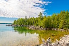Άποψη στη φύση του εθνικού πάρκου χερσονήσων του Bruce κοντά στο σημείο Dunks, Tobermory - Καναδάς στοκ φωτογραφία