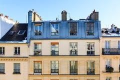 Άποψη στη χαρακτηριστική πρόσοψη του παρισινού κτηρίου στοκ εικόνες
