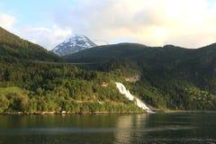 Άποψη στη χιονισμένη αιχμή βουνών Στοκ Εικόνες