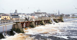 Άποψη στις εγκαταστάσεις υδροηλεκτρικής ενέργειας στον ποταμό Athlone