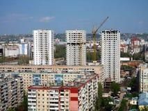 Άποψη στις 2 Μαΐου του ΣΑΡΑΤΟΒ, ΡΩΣΙΑ της οικοδόμησης ενός κατοικημένου συγκροτήματος  Στοκ φωτογραφία με δικαίωμα ελεύθερης χρήσης