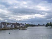 Άποψη στον ποταμό και τη γέφυρα Hoge Brug Μάας με ένα σκάφος και όμορφα παλαιά κτήρια, στο Μάαστριχτ, Κάτω Χώρες στοκ φωτογραφία με δικαίωμα ελεύθερης χρήσης