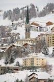 Άποψη στον πύργο κουδουνιών κτηρίων και εκκλησιών στο ST Moritz, Ελβετία Στοκ Εικόνες