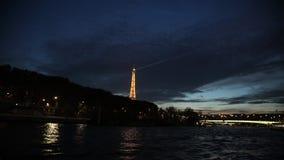 Άποψη στον πύργο του Άιφελ σπινθηρίσματος στο Παρίσι τη νύχτα απόθεμα βίντεο