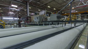 Άποψη στο γρήγορο εργαστήριο παραγωγής χαρτιού τουαλέτας κινήσεων μεγάλο απόθεμα βίντεο