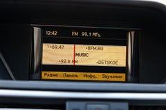Άποψη στο εσωτερικό Benz της Mercedes της ε-κατηγορίας με το ταμπλό, ρολόι, σύστημα μέσων μετά από να καθαρίσει πριν από την πώλη στοκ φωτογραφία