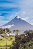 Άποψη στο ηφαίστειο Arenal πέρα από τη λίμνη Arenal στη Κόστα Ρίκα Στοκ Φωτογραφίες