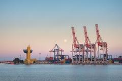 Άποψη στο θαλάσσιο λιμένα με τα εμπορευματοκιβώτια Στοκ Εικόνα