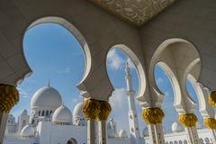 Άποψη στο μεγάλο Sheikh μουσουλμανικών τεμενών Al Zayed μέσω της αψίδας σε Abu Dhab Στοκ Φωτογραφίες