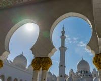 Άποψη στο μεγάλο Sheikh μουσουλμανικών τεμενών Al Zayed μέσω της αψίδας στο Αμπού Ντάμπι, Στοκ φωτογραφία με δικαίωμα ελεύθερης χρήσης