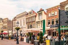 Άποψη στο ολλανδικό κεντρικό τετράγωνο με τα ξενοδοχεία, τους φραγμούς και το restauran Στοκ φωτογραφία με δικαίωμα ελεύθερης χρήσης
