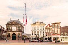 Άποψη στο ολλανδικό κεντρικό τετράγωνο με τα ξενοδοχεία, τους φραγμούς και το restauran Στοκ εικόνα με δικαίωμα ελεύθερης χρήσης