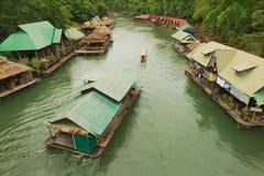 Άποψη στο παραδοσιακό ταϊλανδικό χωριό στην όχθη ποταμού σε Suphan Buri, Ταϊλάνδη Στοκ εικόνες με δικαίωμα ελεύθερης χρήσης