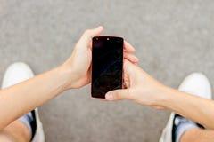 Άποψη στο ραγισμένο κινητό τηλέφωνο Στοκ Εικόνες