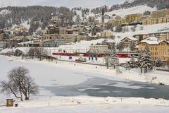 Άποψη στο σιδηροδρομικό σταθμό και τα κτήρια του ST Moritz, Ελβετία Στοκ Εικόνες