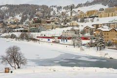Άποψη στο σιδηροδρομικό σταθμό και τα κτήρια του ST Moritz, Ελβετία Στοκ φωτογραφία με δικαίωμα ελεύθερης χρήσης