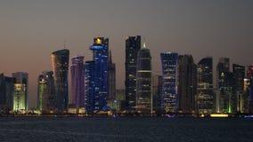 Άποψη στο σούρουπο πέρα από το νερό φωτισμένος κεντρικός, Doha φιλμ μικρού μήκους
