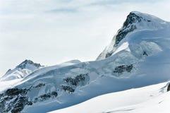 Άποψη στο τεράστιο κρύσταλλο - σαφής αλπικός παγετώνας Στοκ Φωτογραφία
