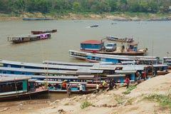 Άποψη στο τοπικό σημείο τροφής πορθμείων στη Mekong όχθη ποταμού σε Luang Prabang, Λάος Στοκ φωτογραφία με δικαίωμα ελεύθερης χρήσης
