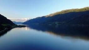 Άποψη στο φιορδ και το νερό από τον κηφήνα στον αέρα Νορβηγία απόθεμα βίντεο