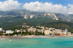 Άποψη στο χωριό Becici από τη θάλασσα Μαυροβούνιο στοκ εικόνες με δικαίωμα ελεύθερης χρήσης
