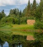 Άποψη στο hayrick στο λιβάδι ποταμών Στοκ Εικόνα