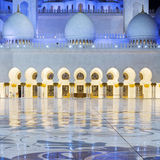 Άποψη στο Sheikh του Αμπού Ντάμπι μουσουλμανικό τέμενος Zayed τή νύχτα Στοκ Φωτογραφία