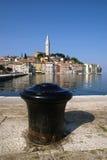 Άποψη στυλίσκων και θάλασσας σχετικά με την παλαιά πόλη Rovinj, Κροατία Στοκ εικόνα με δικαίωμα ελεύθερης χρήσης