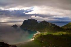Άποψη συνόδου κορυφής Holandsmelen στο νεφελώδη καιρό, Lofoten, Νορβηγία στοκ εικόνες