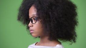 Άποψη σχεδιαγράμματος του νέου χαριτωμένου αφρικανικού κοριτσιού με την τρίχα Afro φιλμ μικρού μήκους