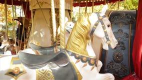 Άποψη σχετικά με ένα ιπποδρόμιο στην έλξη πάρκων Τρύγος εύθυμος-πηγαίνω-γύρω από τα άλογα φιλμ μικρού μήκους