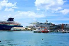 Άποψη σχετικά με μια αποβάθρα με διάφορα μεγάλα σκάφη Στοκ φωτογραφία με δικαίωμα ελεύθερης χρήσης