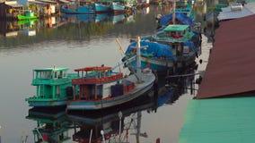 Άποψη σχετικά με μια εκβολή ενός ποταμού που γεμίζουν με τα αλιευτικά σκάφη σε έναν χρόνο ηλιοβασιλέματος Βιετνάμ Νησί Quoc Phu απόθεμα βίντεο