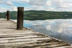 Άποψη σχετικά με μια λίμνη από λίγη ξύλινη αποβάθρα Στοκ φωτογραφία με δικαίωμα ελεύθερης χρήσης