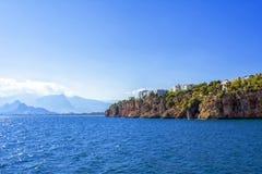 Άποψη σχετικά με τα βουνά από ένα λιμάνι στην παλαιά πόλη Kaleici antalya Τουρκία Στοκ εικόνα με δικαίωμα ελεύθερης χρήσης