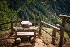 Άποψη σχετικά με τα βουνά θερινών τοπίων από τον ξύλινο πάγκο Κοιλάδα Rabby, Trentino Alto Adige, Ιταλία Στοκ φωτογραφία με δικαίωμα ελεύθερης χρήσης