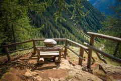 Άποψη σχετικά με τα βουνά θερινών τοπίων από τον ξύλινο πάγκο Κοιλάδα Rabby, Trentino Alto Adige, Ιταλία Στοκ φωτογραφίες με δικαίωμα ελεύθερης χρήσης
