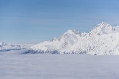 Άποψη σχετικά με τα βουνά και το μπλε ουρανό επάνω από τα σύννεφα Στοκ φωτογραφία με δικαίωμα ελεύθερης χρήσης