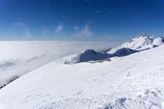 Άποψη σχετικά με τα βουνά και το μπλε ουρανό επάνω από τα σύννεφα Στοκ φωτογραφίες με δικαίωμα ελεύθερης χρήσης