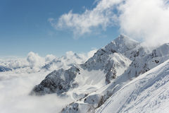 Άποψη σχετικά με τα βουνά και το μπλε ουρανό επάνω από τα σύννεφα Στοκ εικόνες με δικαίωμα ελεύθερης χρήσης