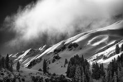 Άποψη σχετικά με τα βουνά στην ανατολή Στοκ εικόνες με δικαίωμα ελεύθερης χρήσης
